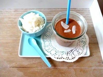 Schoko-Kokos Proteinshake mit Kokosflocken